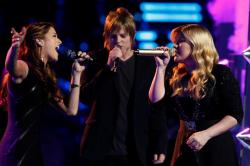 letsgetrckless:  Cassadee and Terry performing with Kelly Clarkson