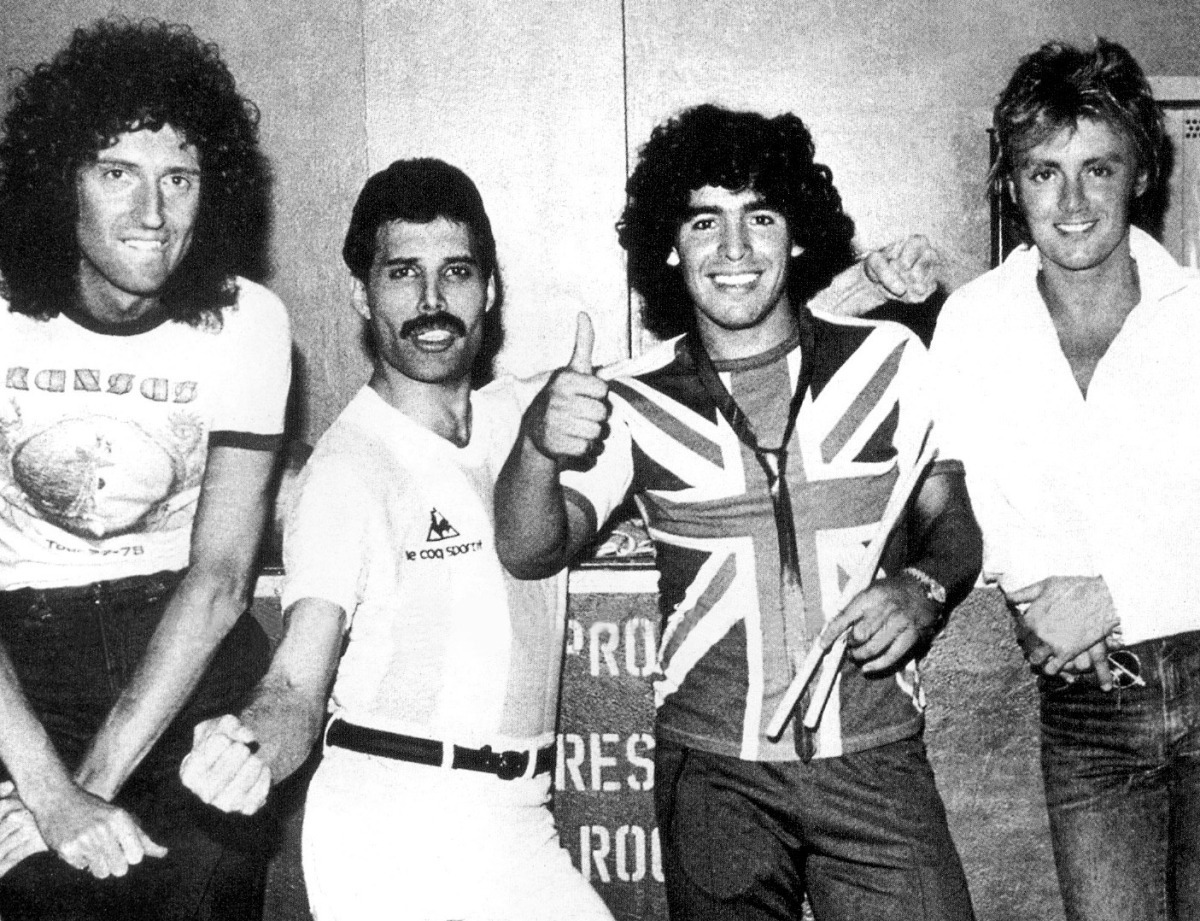 awesomepeoplehangingouttogether:  Brian May, Freddie Mercury, Diego Maradona and Roger Taylor