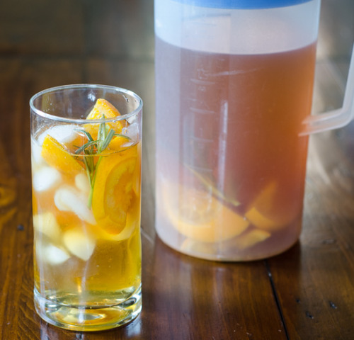 (Homemade Iced Tea with Oranges and Rosemary)