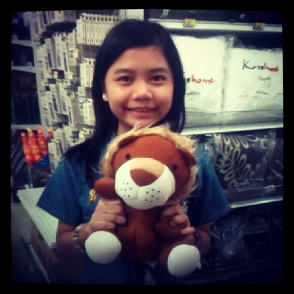 With this cuteeeeee lion plushieee {} ahhh i miss lion