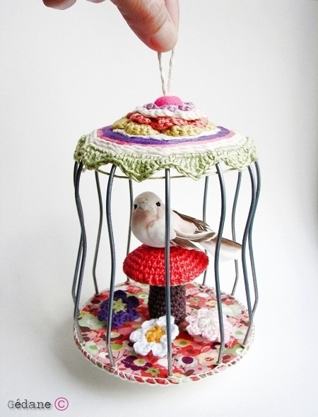 Ooo this is sweet.  A pretty little bird in a cage with crocheted embellishments.  Found via the French blog Gedane