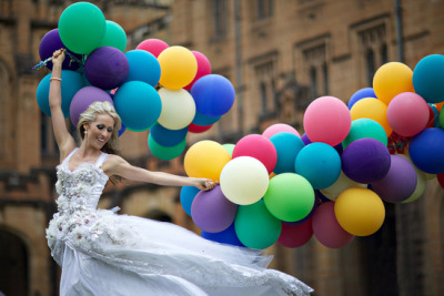 bridalsnob:   Bride + colorful balloons | photography by angelica peady photography | via Polka Dot Bride  nice, cheerful one~ ^^