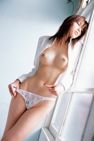 ginzuna:  iro:   sweetgirls:  HeadSwim: hot japanese girl in the window