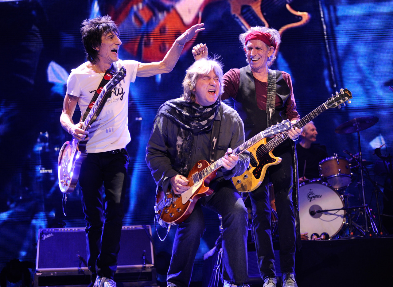 RON WOOD, MICK TAYLOR et KEITH RICHARDS rollingstonesofficial:   Keith Richards, Ronnie Wood and Mick Taylor on stage at last Saturday's tour finale. Watch the full concert on demand on pay-per-view TV and online. TV: http://rollingstones.com/watch Online: https://rs50.neulion.com/rollingstones/registerformweb.htm Photo by Kevin Mazur