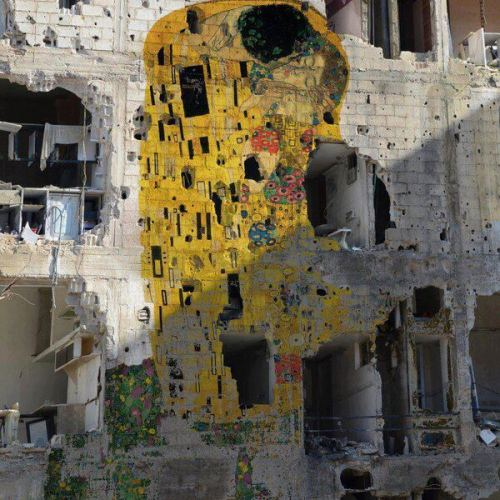 "iheartmyart:   Gustav Klimt's ""The Kiss"" has been reproduced on a devastated building in Syria by artist Tammam Azzam. via Saatchi  Вау, моя любимая картина. Впечатляет."