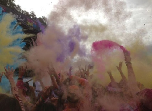 fitspo-girl17:  Color run festival 2013!