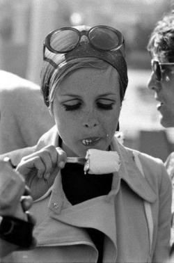 Twiggy eat an ice cream - vintage photo