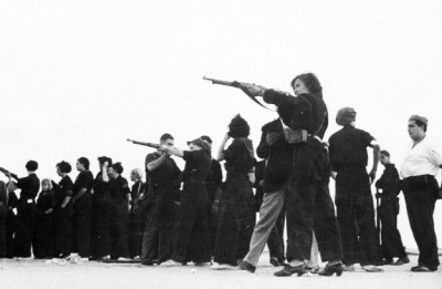 militarismus:  Women take part in target practice in order to defend Barcelona against General Franco's troops during the Spanish Civil War. June 2, 1937. AP PHOTO