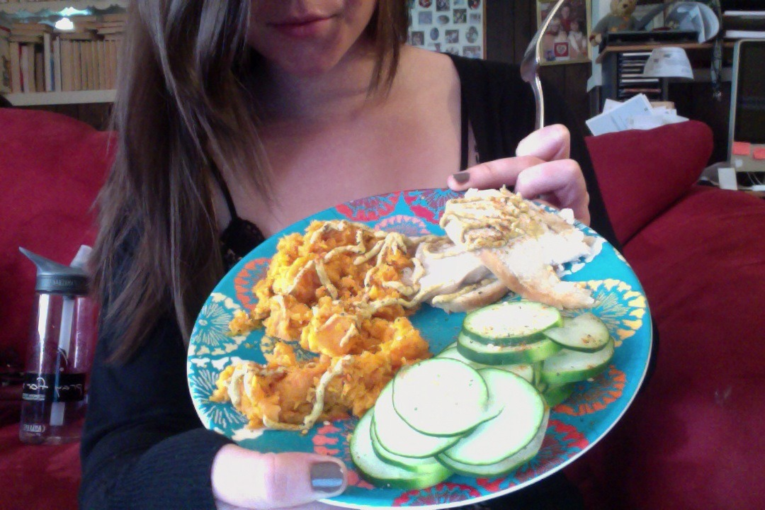 omg my lunch *_* .5 cup of mashed sweet potato & skinless rotisserie chicken spicy brown mustard on top &cucumbers UGH SO GOOD