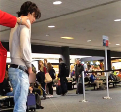 Some drunk-ass 'Twilight' actor went to the airport terminal to take the longest wee wee ever captured on film. TMZ has the amazing video.
