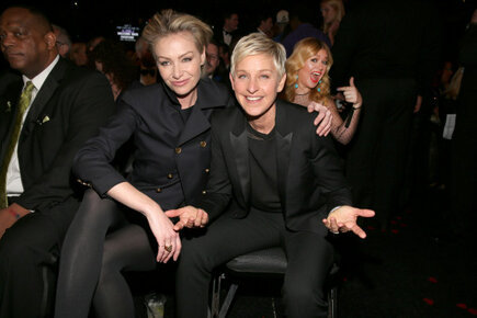 Kelly Clarkson photobombing Ellen and Portia