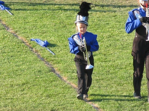 ohmygosh BDC  BABIES WITH INSTRUMENTS OH GOD LOOK AT HER SHAKO DAS SO CUTE
