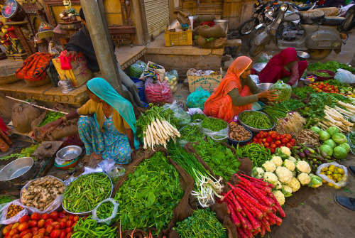 my-hindi-alma:  Women selling vegetables at a street market, Jaisalmer, Rajasthan, India.