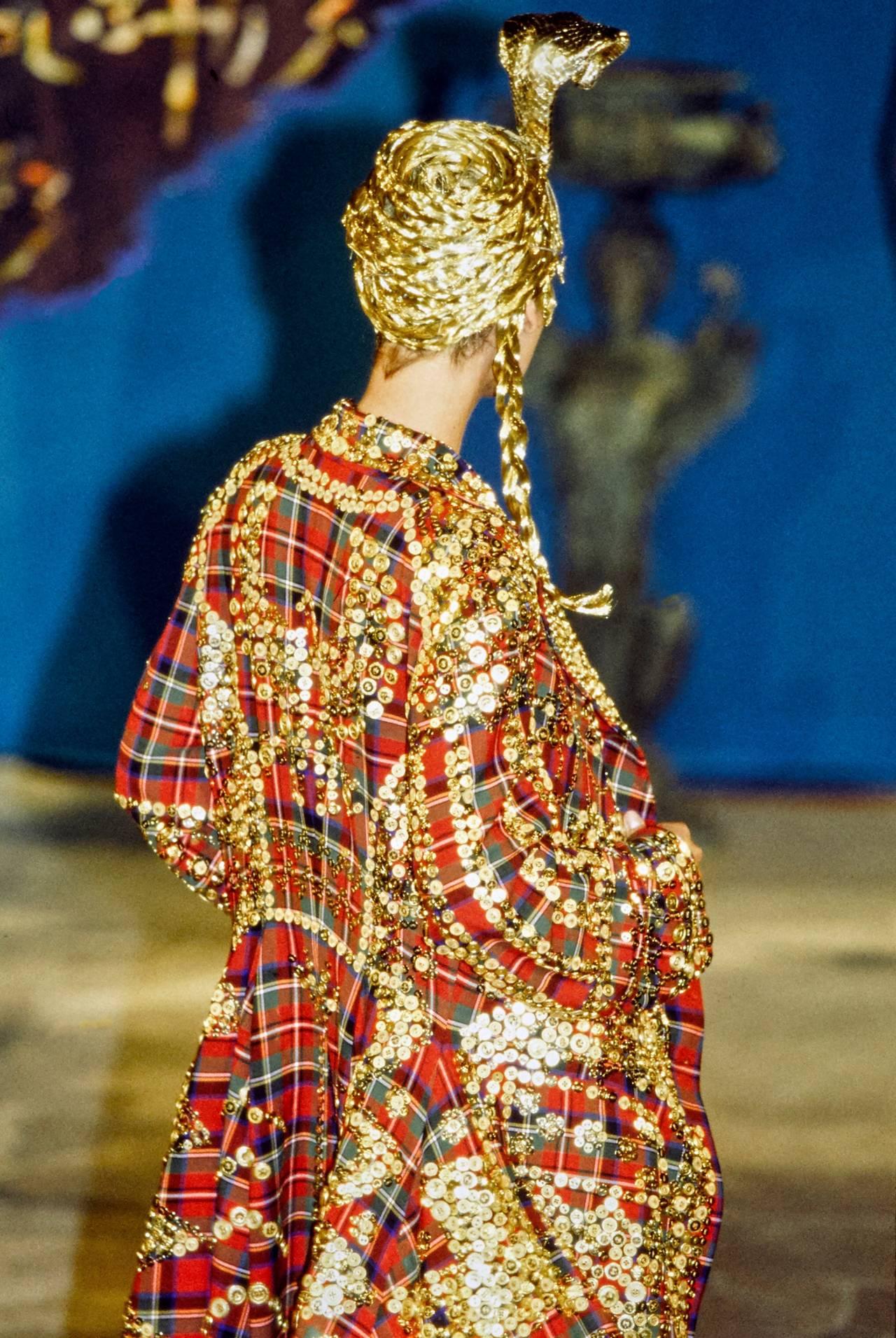John Galliano - Fall 1997 RTW #fashion#fashion show#john galliano #fall 1997 rtw #1997#linda evangelista#supermodel#original supermodels#supermodels#90s#90s aesthetic#90s fashion#runway#model#models#beautiful#haute couture#couture#glamour#paris#milan#london #new york city