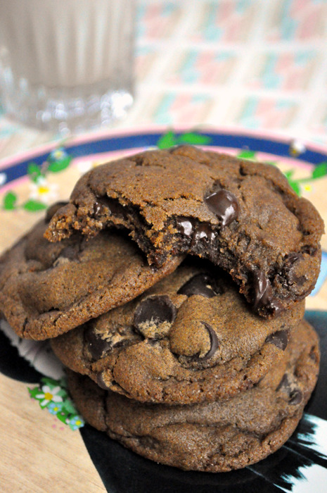 butterflygrace:  (via Molasses Chocolate Chip Cookies | Hell Yeah It's Vegan!)
