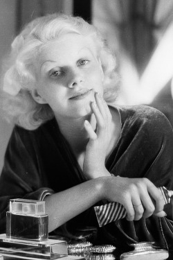 8th-july-1932-jean-harlow-applying-make-up-to-her