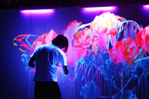 asimplehistory:  Que Houxo is a Japanese graffiti artist from Japan. He spreads paints under florescent lights, illuminating the substance beautifully against the wall.