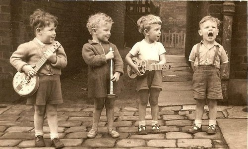 lovechangeseverythang:  amyelizabethlove:  Mumford and Sons, the early years.  hahah  adorbs!