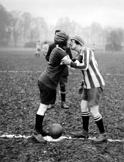thevintagefootballclub:  FOOTBALL ALL OVER THE WORLD Le football féminin, c'est que de l'amour. (30's-40's)