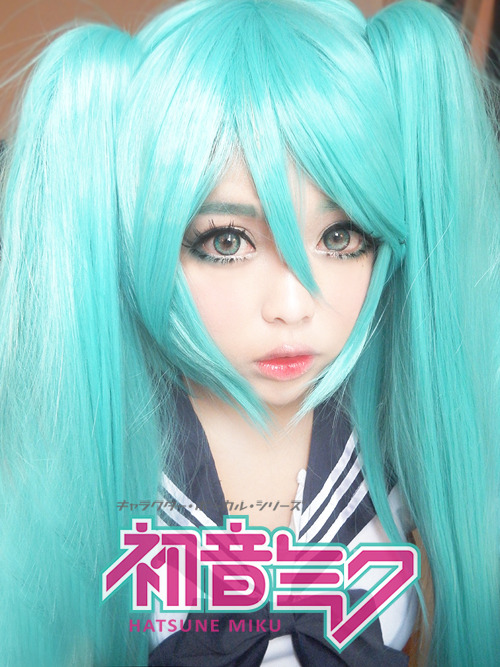 Hatsune Miku wig review + how to keep your wig untangledヽ(' ∇' )ノ [[MORE]] Hello poopiesヽ(' ∇' )ノ jkjk Today, I'm going to review the Hatsune Miku wig that Tokimo sent me. I personally picked this wig out from her shop because I wanted to be a magical girl *sparkles*. Hoho, but yes, before you carry on reading, go check out her lovely shop. She sells wigs, accessories, clothes, cameras, etc…~! I guarantee that you will die of cuteness from her shop, but don't die yet because you need to read my review first(。☉౪ ⊙。). Also, I will review the seifuku I'm wearing in the photo separately. It also came from her shop and the color I got was Navy Blue. Use ichigoflavor to get a 10% off your purchase! Hatsune Miku Wig: ♪ Material: 100% High Temperature Fiber ♪ Length: 120CM (47.2Inch)♪ Weight: 750G ♪ Color: Dark Blue ♫ The color of the wig is pretty accurate and very close to what Miku's hair color is. I know there's a lot of fanart out there and s