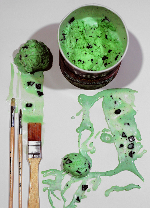 hoooneyyyimhooome:  Painting with ice cream (mint chocolate chip ice cream)