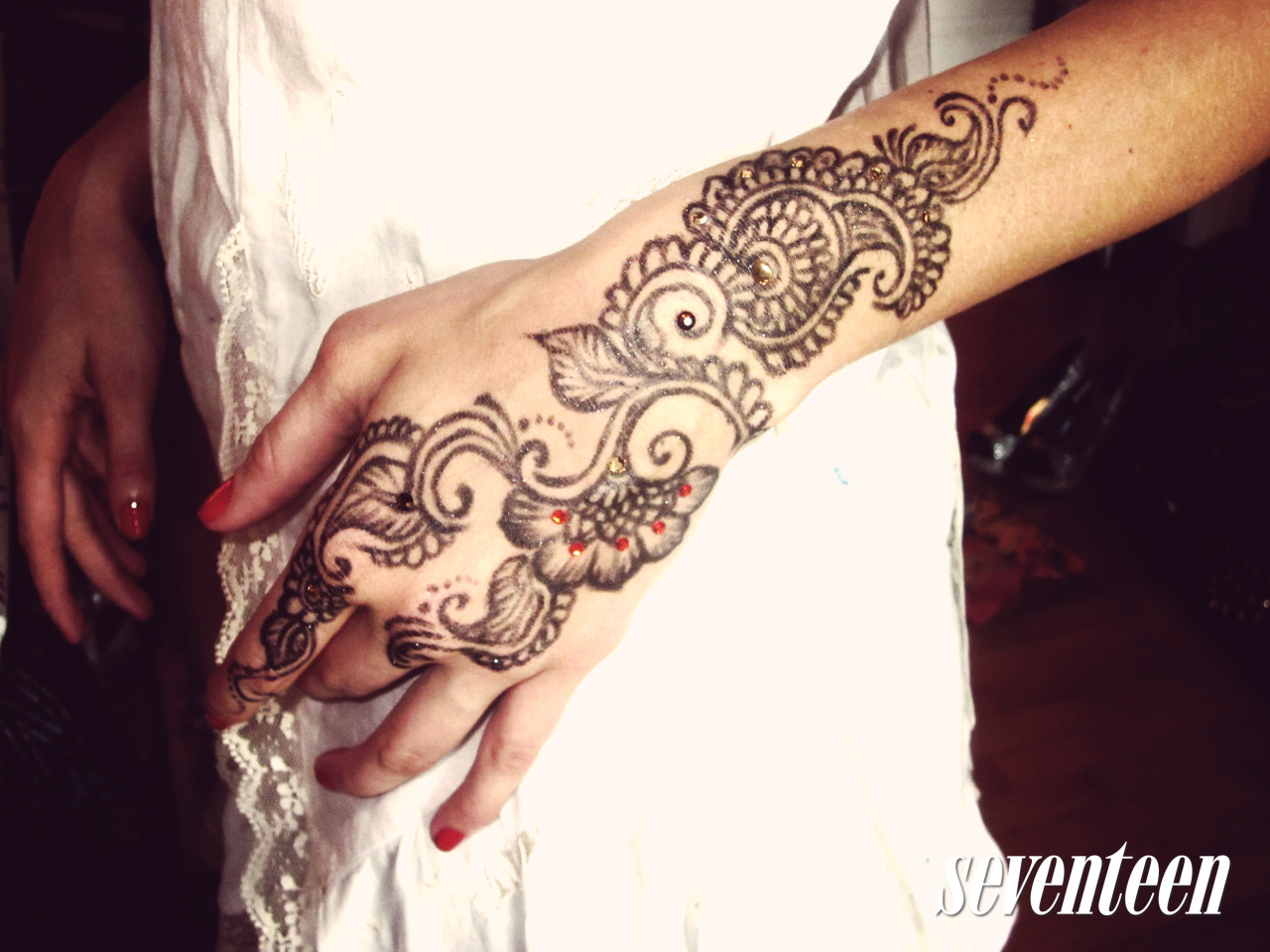 Spice up your beauty look with a cool #henna tattoo!