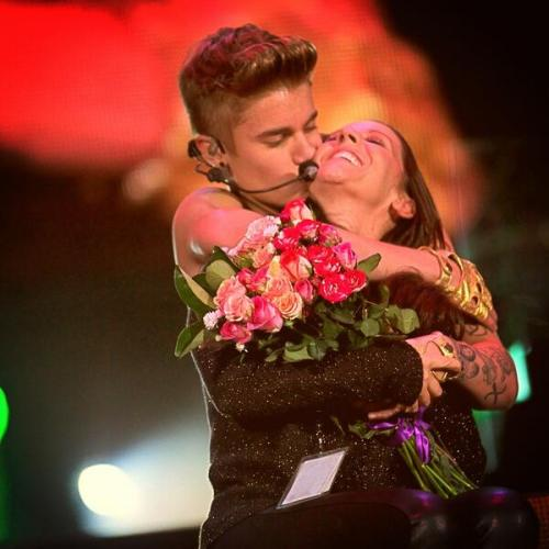 bieber-news:  @justinbieber: I love my momma . Great night tonight pic.twitter.com/Yd0YHMM6nL