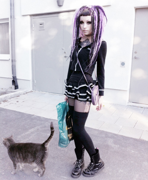MEENEEHhh, give me late spring and dreads again. I miss those boots BUT they had 5 large holes in them… Oh and that cat is scared of me now… Always runs away when I try to open the door for him!