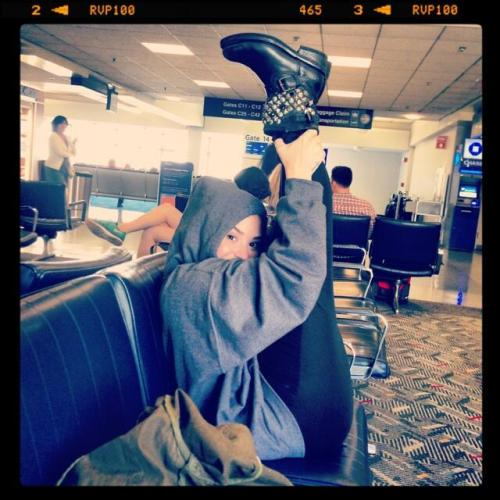 dlovato-news:  @ddlovato: Just stretching in the airport!!