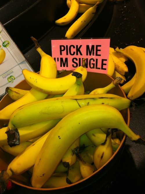 laughingstation:  skizzylovesnicki:  Went to the supermarket and found some desperate bananas  More FUNNY POST here!
