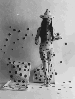 vivipiuomeno:  Yayoi Kusama, Self-Obliteration By Dots, 1968. Photo © Hal Reiff