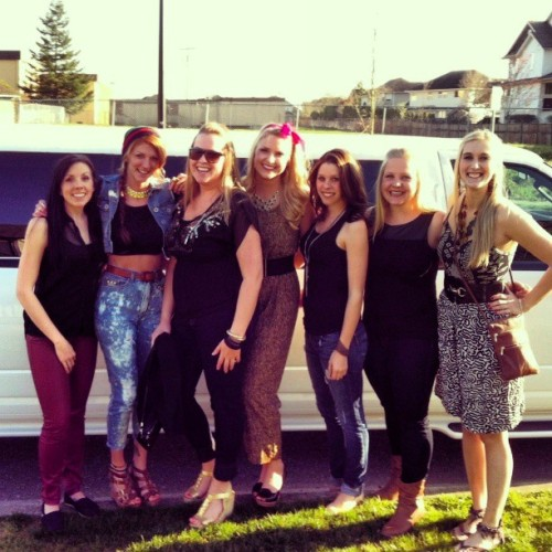 The #crew in front of our #limo. Before the #rihanna #concert #rihannaconcert @marieka7 @leahgerding87 @heatherlook