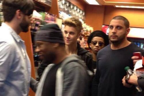 Justin and Lil Twist yesterday after the Billboard Music Awards. (Selena Gomez and Taylor Swift followed them but could not be photographed.)
