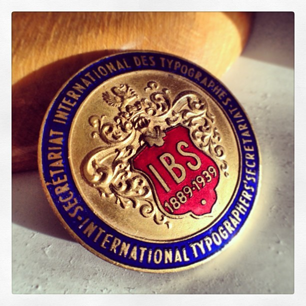 #enemal #badge before #WWII. International Typographer's Secretariat. Secretariat International des Typographes #typography #history