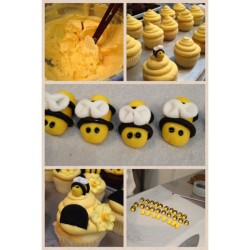 cupcakestakethecake:  Out bumble bee cupcakes! Awesomeness for a special order. — by butterlane > http://bit.ly/11ZgKea