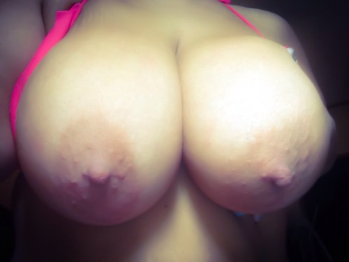 36hbombs:I think I'm just going to have to pay someone to hold my boobs at the beach! This top ain't cuttin' it!