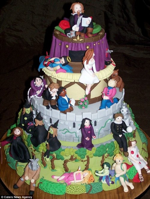 Inspired Shakespeare fan creates three-tiered cake featuring the bard's most famous characters | Mail Online