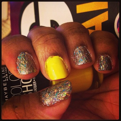 #nails #nailfun #nailpolishjunkie #yellow #sparkle #sparkly #keepcalmandpaintyournails#maybelline #opi 💛✨