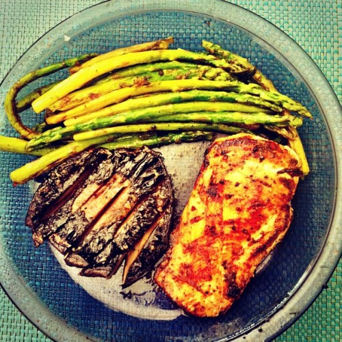 Chicken with asparagus and portobello mushroom. #foody #foodporn #healthy #veggies #getinmybelly #cooking #healthycooking #yummy #ignation #igfitness #ig_addiction #instagood #instafood #instagram #iphoneonly #iphoneography