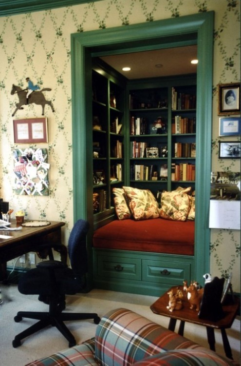 chicagopubliclibrary:  Closet Transformed Into A Book Nook   I now want to do this to all of my closets and maybe yours, too.