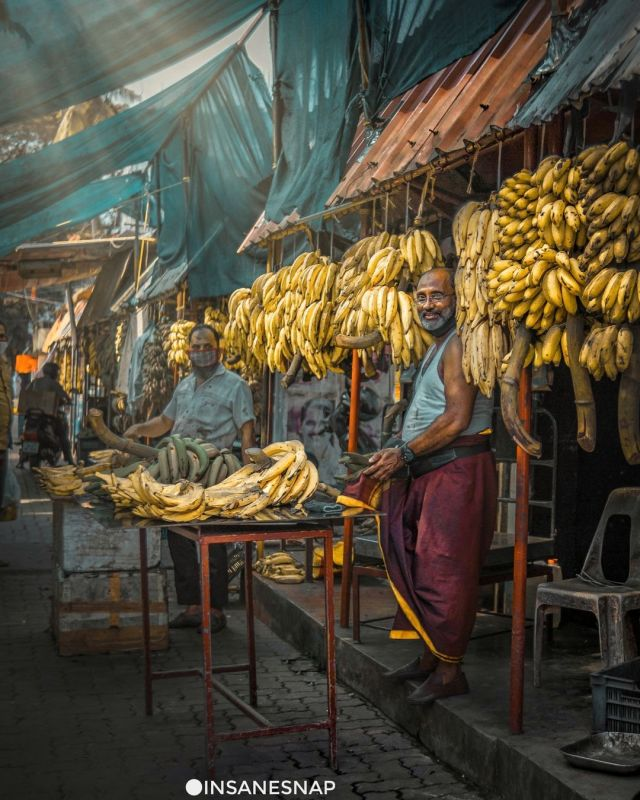 Happy Merchant 🙂 ° ° ° Snap of smiling banana seller from Ernakulam Market 🤘🏽 ° ° ° ° ° ° ° ° ° ° ° ° ° ° ° ° ° ° ° ° ° ° ° #kochilive #kochikaran #kochidiaries #kochigram  #streetphotography #streetphotographer #ernakulamdiaries #streetofkerala #streetofkochi #ernakulammarket #kochimarket #kochin #keralamarket #mobilephotography #indianphotography #indiantraveldiaries #keralagram #keralanadu #canonm200 #kochistories #viltrox23mmf14 #nammude_keralam #nammudekochi (at Ernakulam Market) https://www.instagram.com/p/CURbap2JMMi/?utm_medium=tumblr #kochilive#kochikaran#kochidiaries#kochigram#streetphotography#streetphotographer#ernakulamdiaries#streetofkerala#streetofkochi#ernakulammarket#kochimarket#kochin#keralamarket#mobilephotography#indianphotography#indiantraveldiaries#keralagram#keralanadu#canonm200#kochistories#viltrox23mmf14#nammude_keralam#nammudekochi