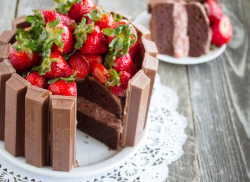gastrogirl:  chocolate and strawberry kit kat cake.