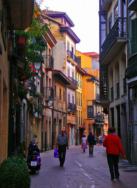 visitheworld:  Calle Magdalena in Oviedo, Asturias, Spain (by pelz).