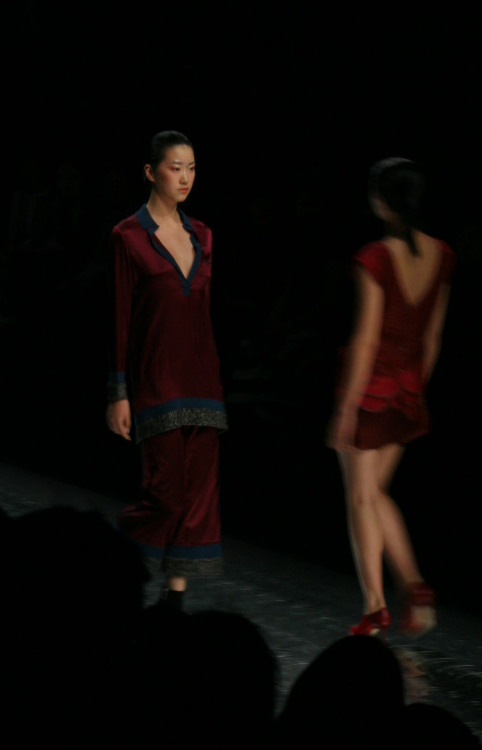 Shanghai Fashion Week's first full day of shows opened with Jenny Ji's crowd pleasing brand, La Vie. We're loving the riot of richly saturated reds, teal greens, and blacks delivered in silk and warm velvet.  WGSN shot