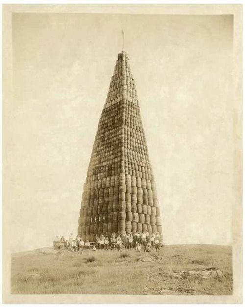 historicporn:  A tower of alcohol being burnt during Prohibition.1924.