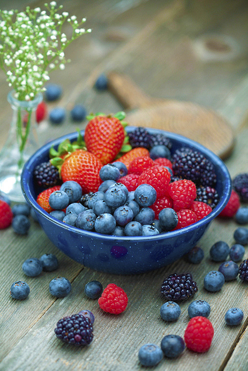beautifulpicturesofhealthyfood:  Berry heaven!  Omnomnom.