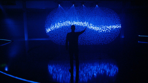FLUIDIC – A Sculpture in Motion: An Interactive Field of 12,000 Spheres Illuminated by Lasers