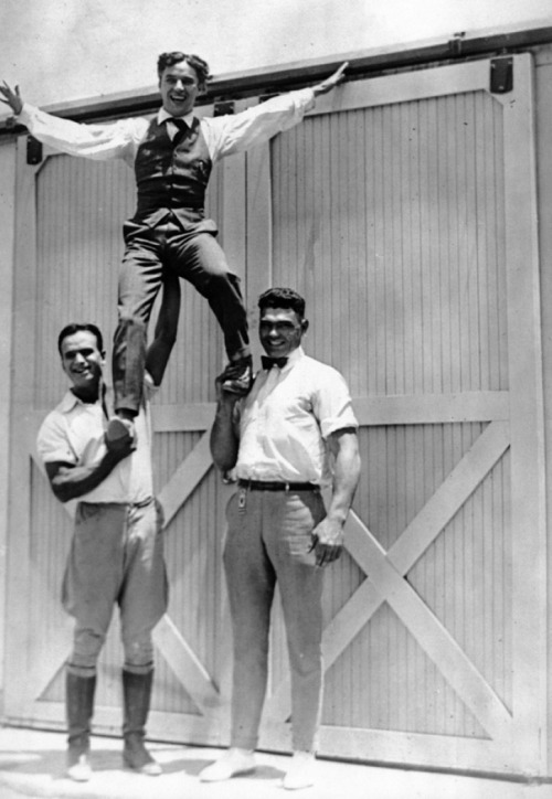 chaplinfortheages:  Charlie Chaplin being held up by Douglas Fairbanks and World Heavy Weight boxer Jack Dempsey circa 1919  pfvr, sendo perfeito