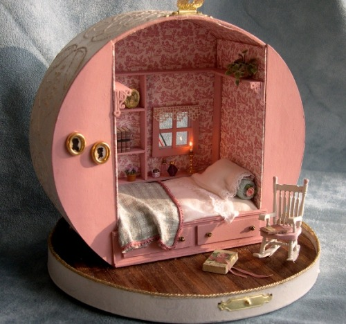 littlesuicidecandy:  merrydanamere:  Dollhouse made from a hatbox  aaaw.