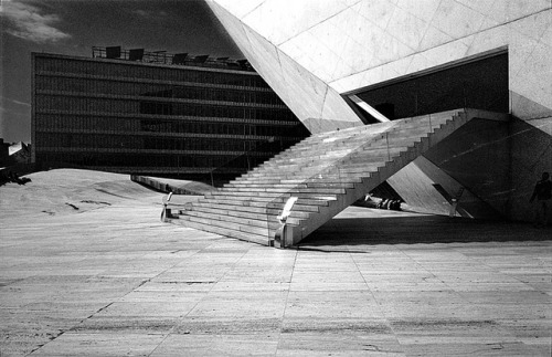 shrbr:  Porto Casa da Musica (Rem Koolhaas) 4/13 by Leon Tarac on Flickr.
